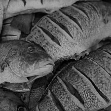 Al Ristorante di pesce chiedi la provenienza dei prodotti